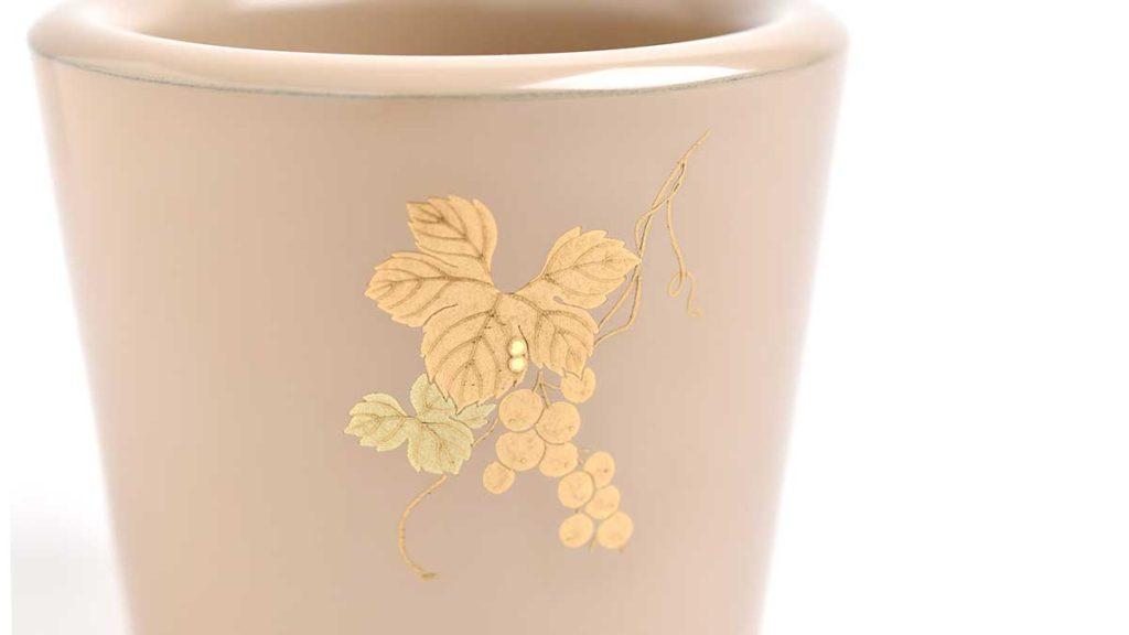 葡萄の蒔絵が描かれた白漆のカップ