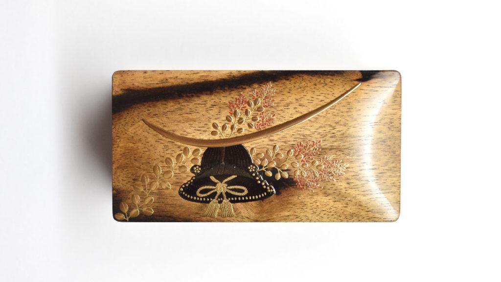 伊達政宗公の兜を黒柿の小箱に蒔絵で描きました